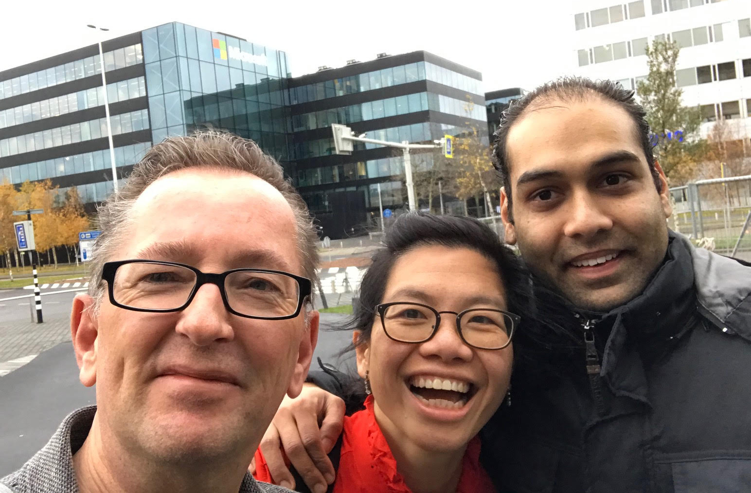 Design for Care bij Microsoft Health: Robert, Jing en Sagar voor deur selfie.
